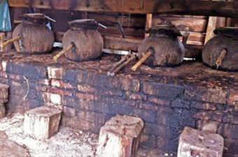 50-liter clay pots (ollas de barro) used for distillation by some