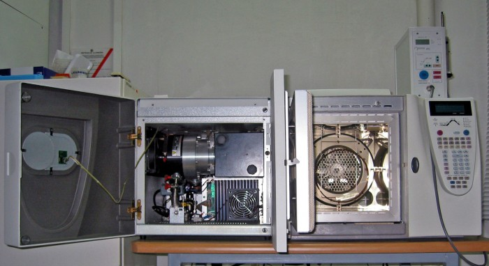 A somewhat shiny gas chromatography-mass spectrometry (GC-MS) setup for analysis of volatile chemicals (photo: Polimerek/Wikimedia Commons)