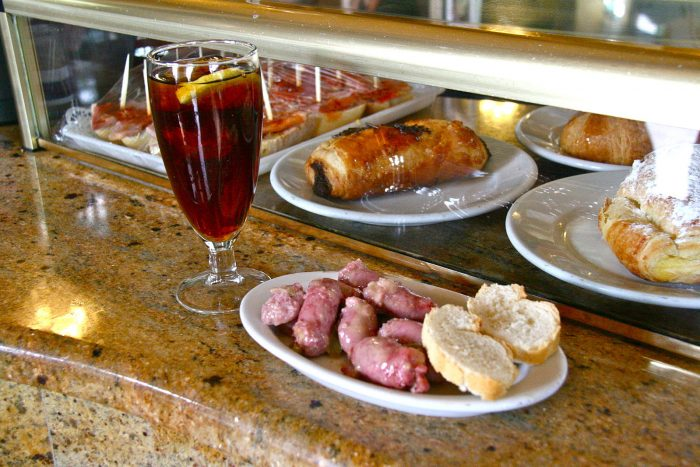 Tapas: Vermut with chicken sausage (photo: Tamorlan, Wikimedia commons)